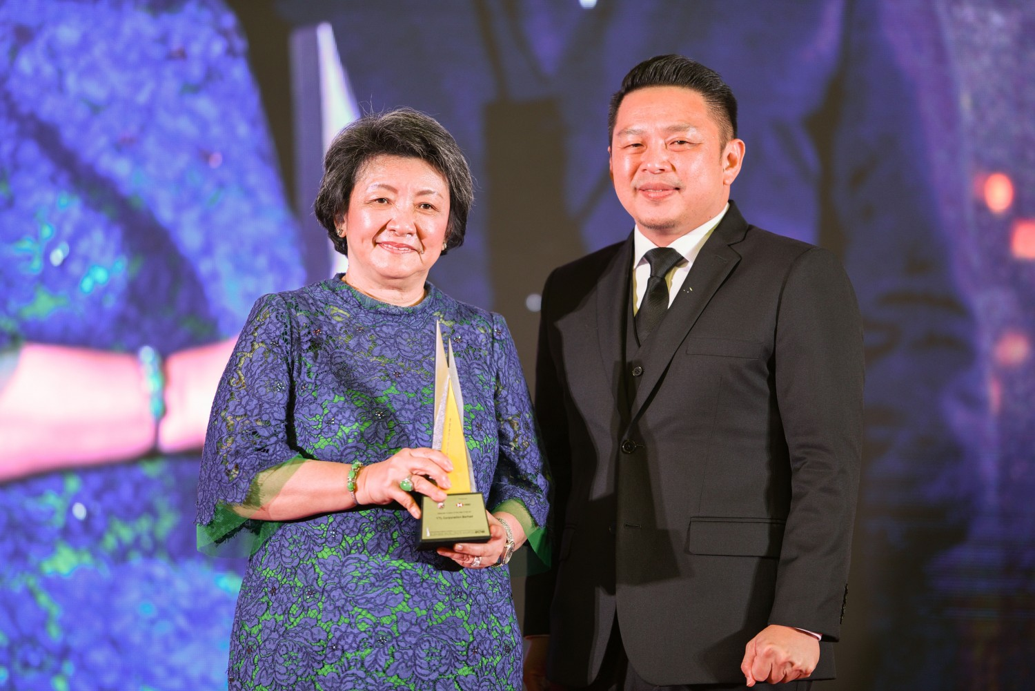 Picture L-R: Dato' Yeoh Soo Min, Executive Director of YTL Corporation receiving the award from YB Darell Leiking, Minister of International Trade and Industry
