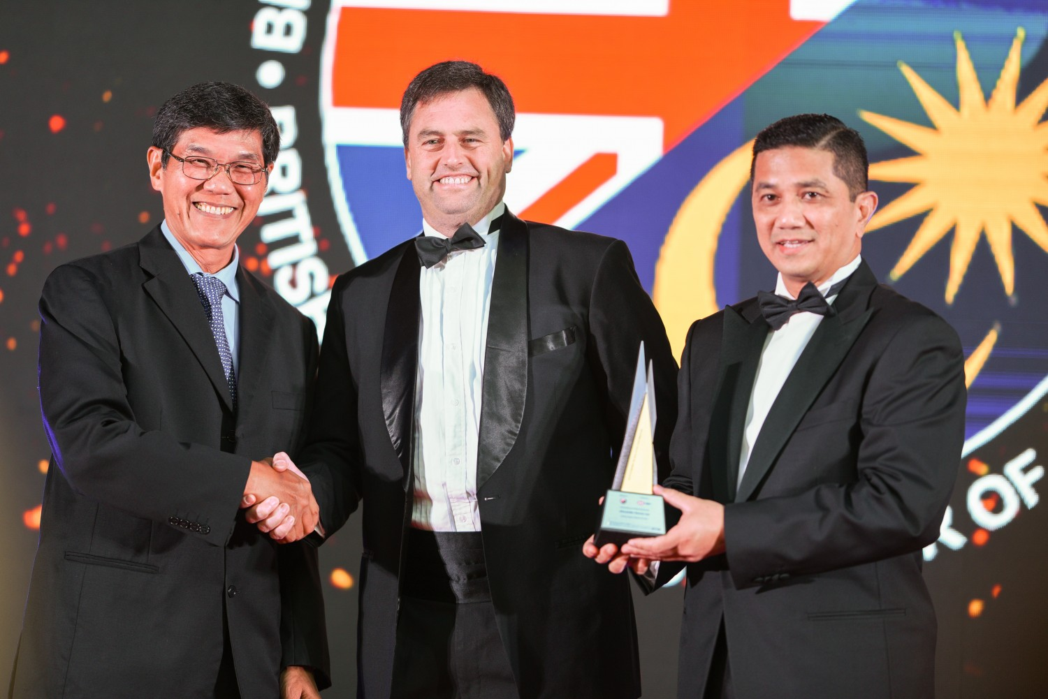 Picture L-R: Mr. Kee Sin Yoong Director of TMA Sdn Bhd and Mr. Andrew Boulton, Customer Development & Technical Director of Alexander Dennis Ltd receiving the award from YB Dato' Seri Azmin Ali, Minister of Economic Affairs