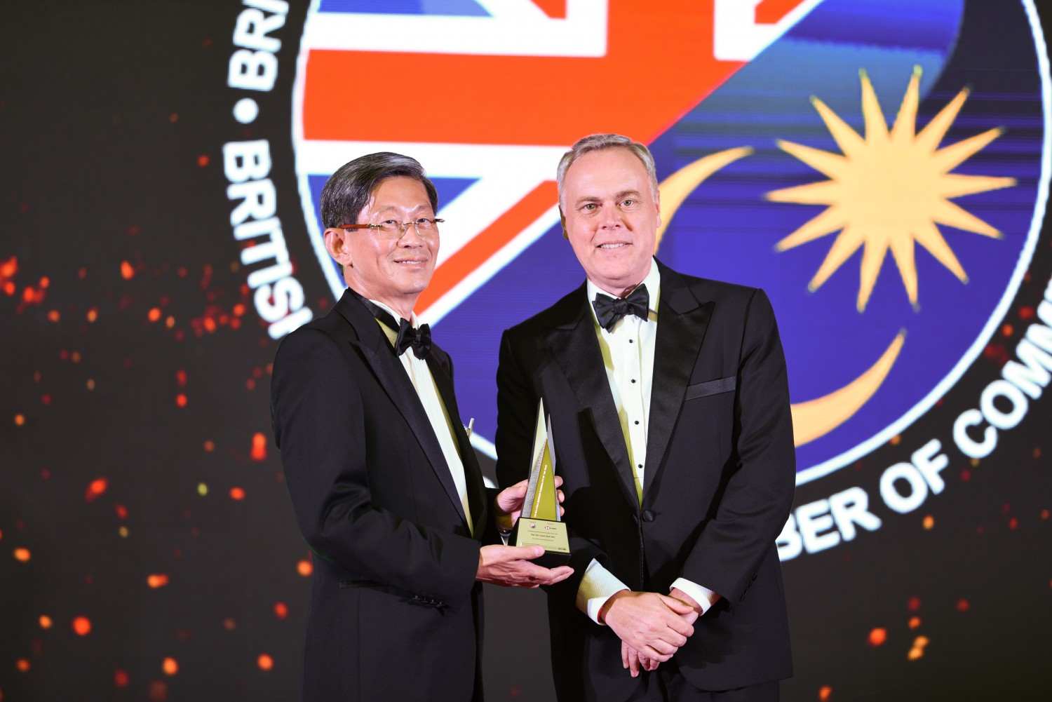 Picture L-R: Dato' Teow Leong Seng, CEO of Eco World International receiving the award on behalf of Tan Sri Liew Kee Sin, presented by Mr. Andrew Sill, BMCC Chairman