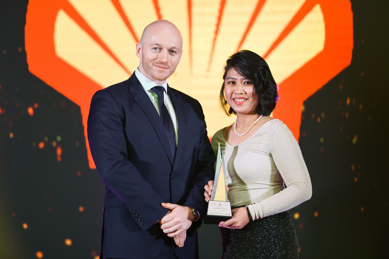 Picture L-R: Ross Fleming, Sales Director of GIH London, Chrysalis presenting the award to Mooi-Fung Farm, HR Director of Shell Malaysia