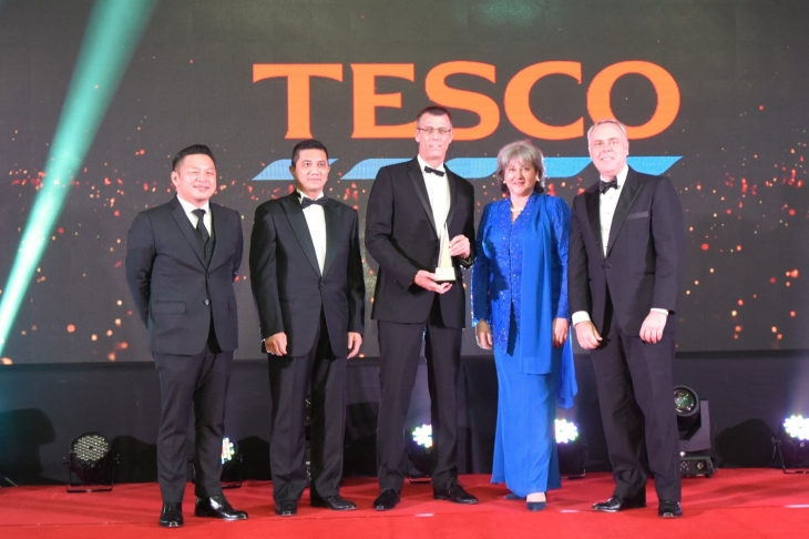 Picture: Paul Ritchie, CEO of Tesco Stores Malaysia (center) accepting the award from YB Darell Leiking, YB Dato' Sri Azmin Ali, H.E. Vicki Treadell and Mr. Andrew Sill