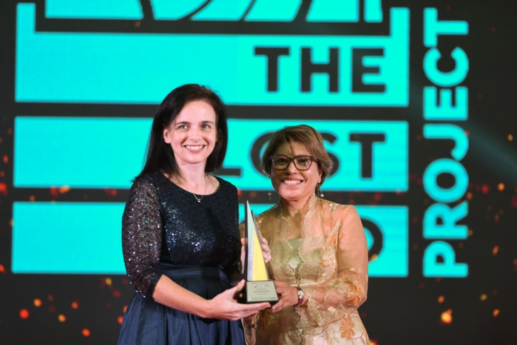 Picture L-R: Suzanne Mooney, Founder of The Lost Food Project accepting the award from Tan Sri Rebecca Fatima Sta Maria, Chairman of IDEAS